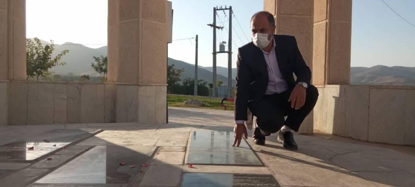 فرماندار شهرستان تویسرکان به مقام شامخ شهدای گمنام تپه نوالشهدا ادای احترام نمود.